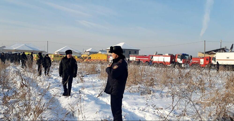 Policiais cazaques no local da queda do avião Fokker 100, 27 de dezembro de 2019