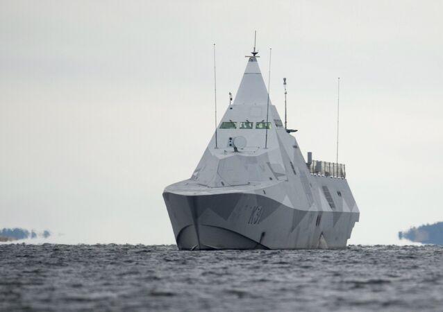 Corveta sueca HMS Visby navegando na baía de Mysingen