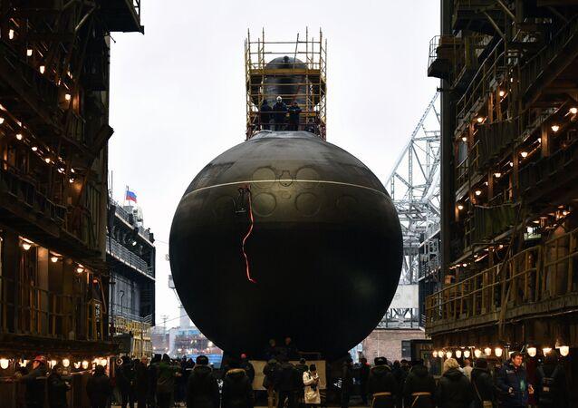Submarino diesel elétrico Volkhov é lançado à água