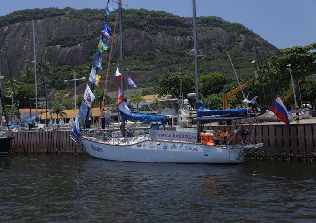 O iate russo Sibir (Sibéria) ancorado no Iate Clube, no Rio de Janeiro.