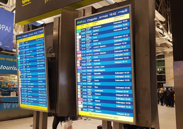 Painel de chegadas no Aeroporto de Lisboa, em Portugal
