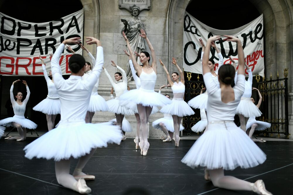 Bailarinas da Ópera de Paris dançando em frente ao Palácio Garnier, na capital francesa