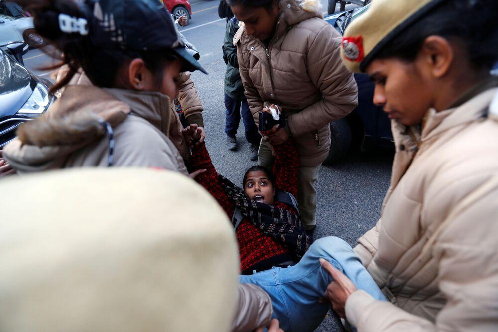 Manifestante é detida durante protesto em Nova Deli, Índia, contra nova lei de cidadania