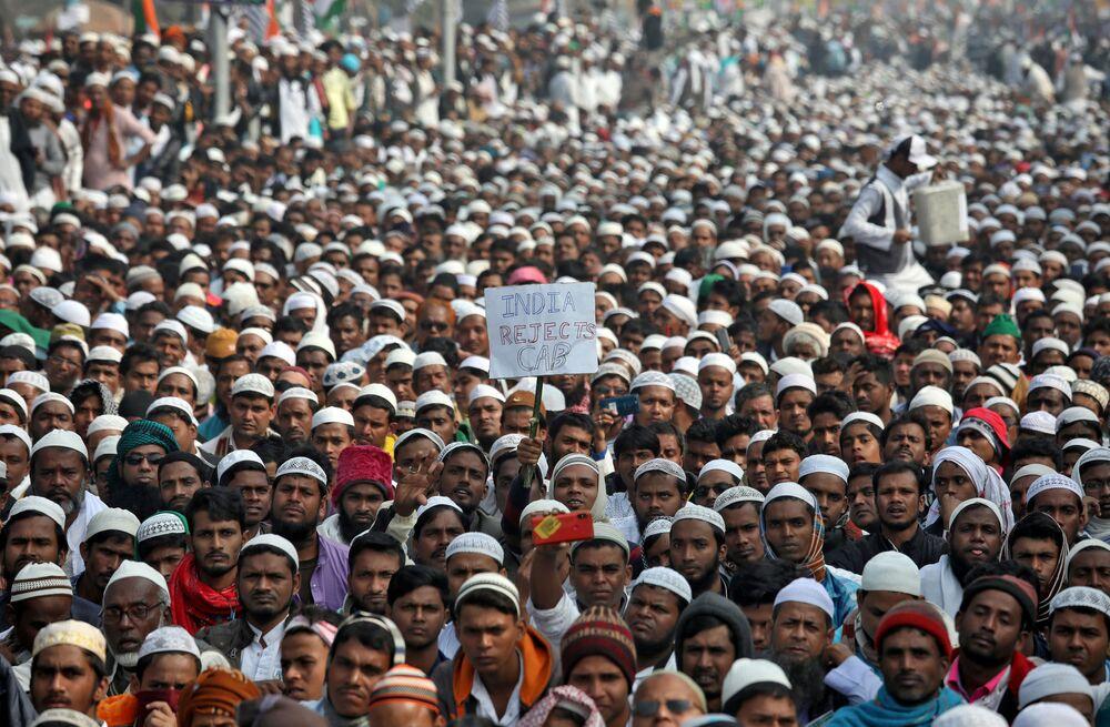 Manifestantes saem às ruas de Calcutá, na Índia, em ato contra a nova lei de cidadania no país