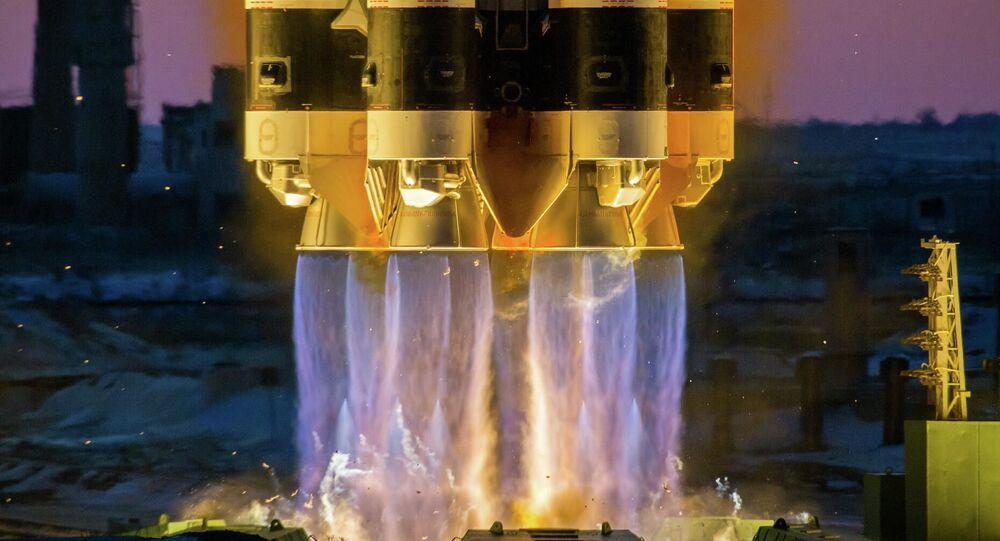 Lançamento do foguete-portador Proton-M com seu módulo de aceleração DM-03 e o aparelho espacial russo Elektro-L Nº 3