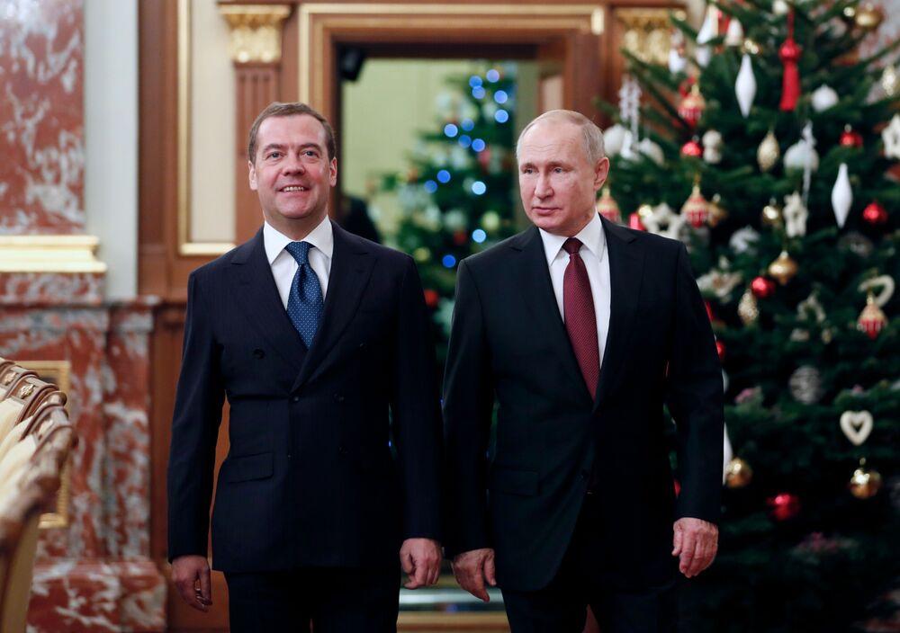 Presidente da Rússia, Vladimir Putin, e o premiê russo, Dmitry Medvedev, em encontro de final de ano com membros do governo da Rússia