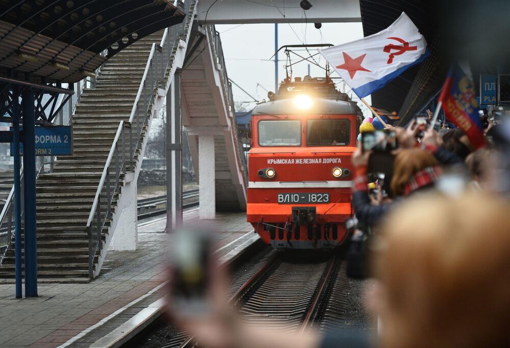 Trem Tavriya, que faz o percurso de São Petersburgo até Sevastopol, chegando à estação da cidade destino após cruzar o estreito de Kerch e a Ponte da Crimeia