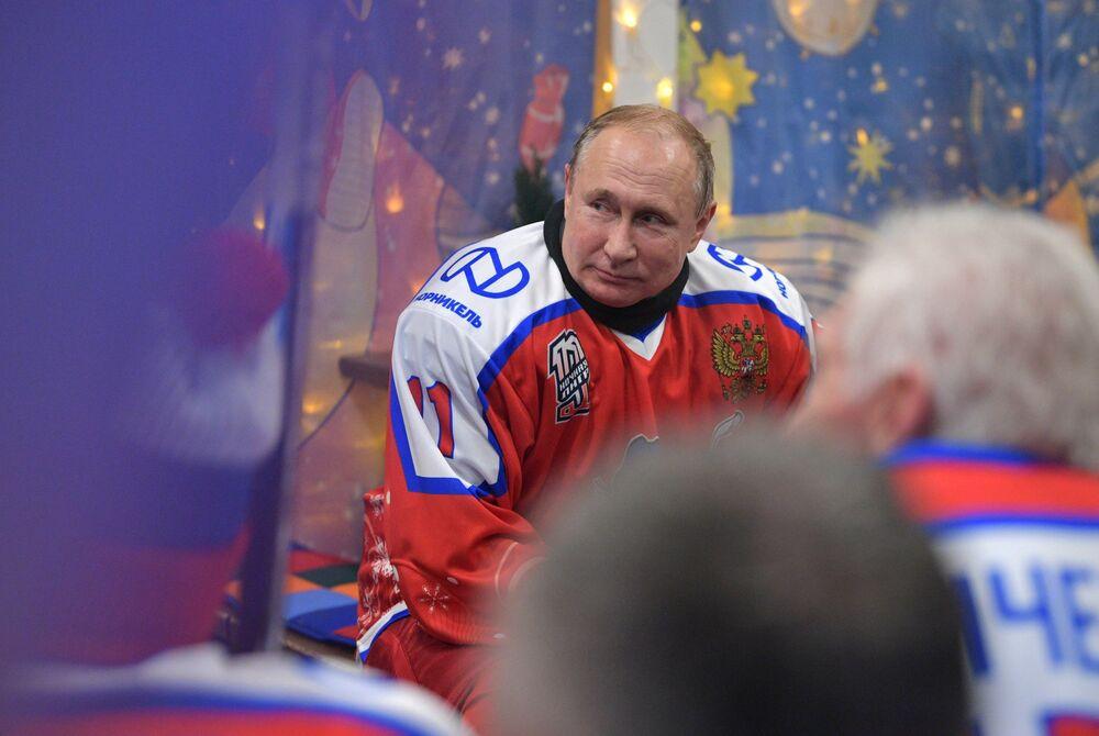 Presidente da Rússia, Vladimir Putin, em jogo amistoso de hóquei na Praça Vermelha, em Moscou