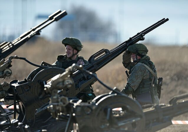Militares da defesa costeira da Frota do Mar Negro durante competição de biatlo de tanques no polígono de Angarsky, na Crimeia, Rússia
