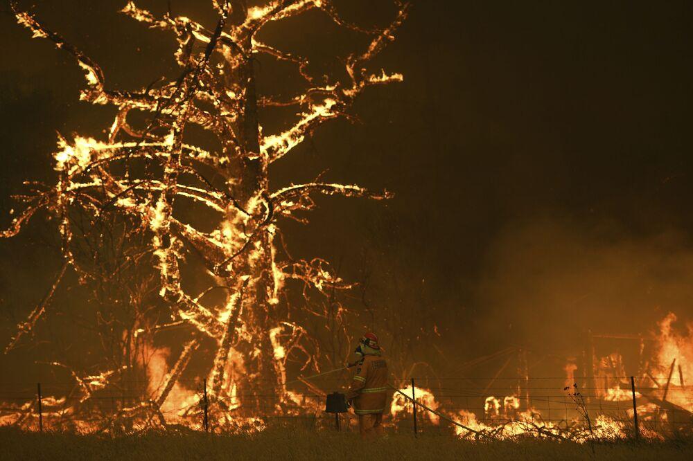 Bombeiros australianos lutam contra chamas de um incêndio florestal na cidade australiana de Bilpin