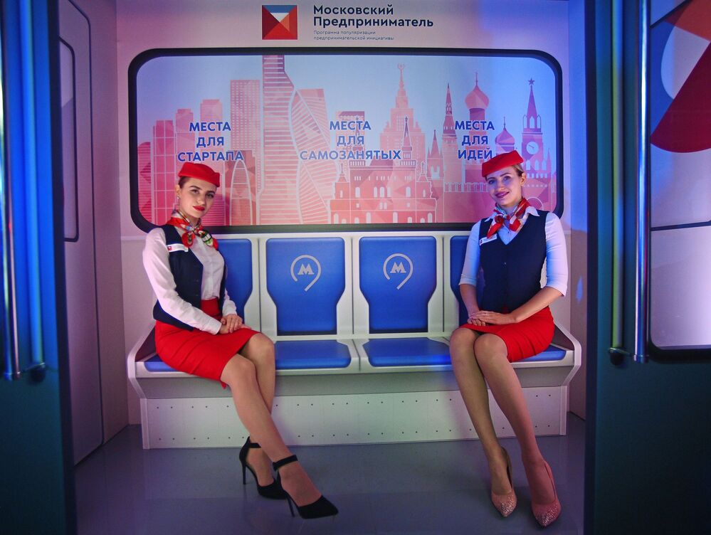 Modelos vestidas como funcionárias do metrô de Moscou no lançamento de um trem temático
