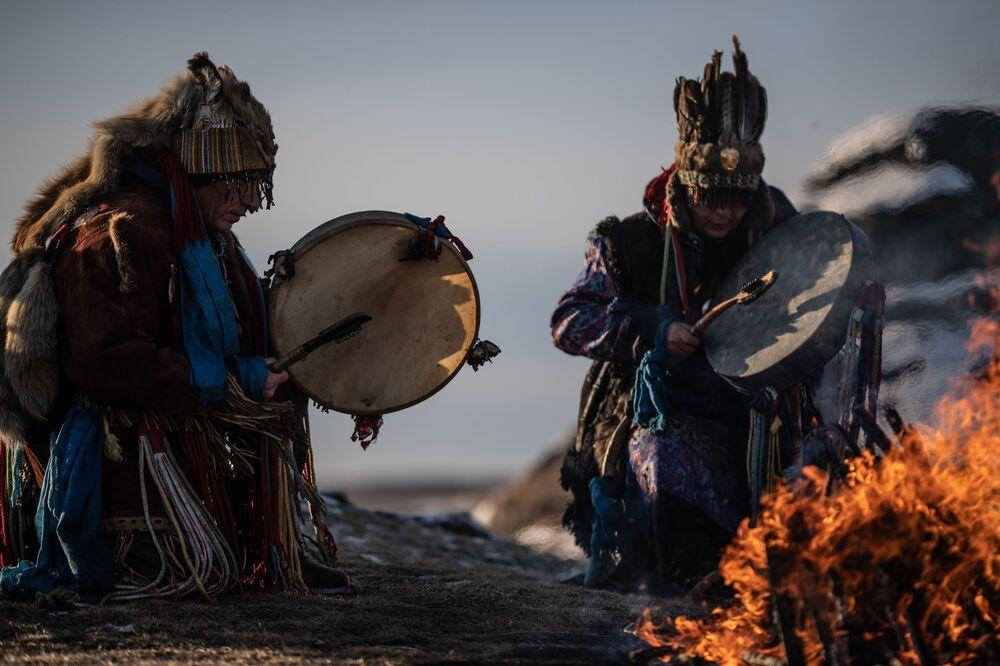 Ritual xamânico no litoral do lago russo de Bolshie Allaki, na região russa de Chelyabinsk