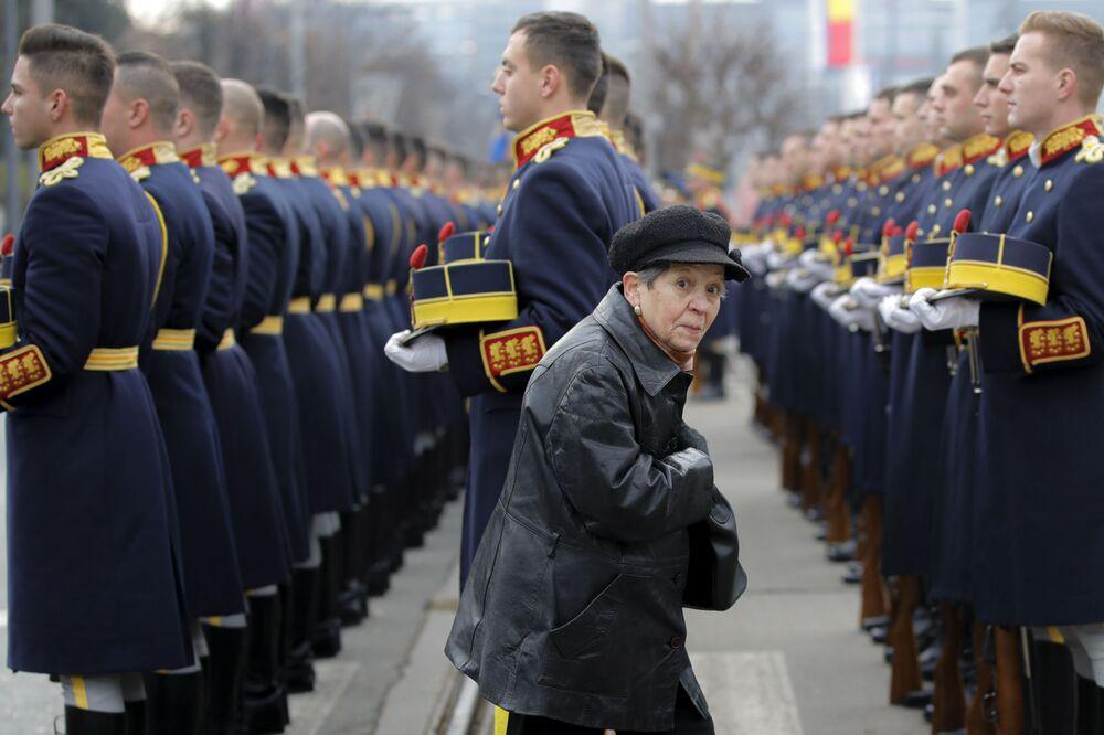 Mulher passa durante cerimônia dedicada aos mortos do levante anticomunista que resultou na queda do ex-líder romeno Nicolae Ceaucescu em dezembro de 1989