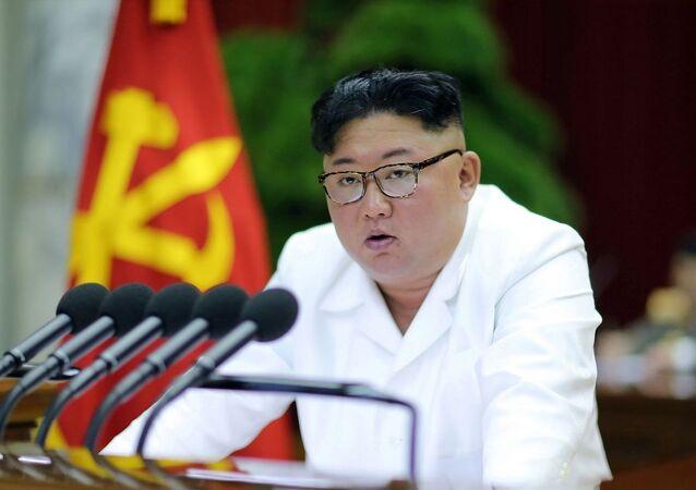 Líder norte-coreano Kim Jong-un durante a 5ª Sessão Plenária do Comitê Central do Partido dos Trabalhadores da Coreia do Norte