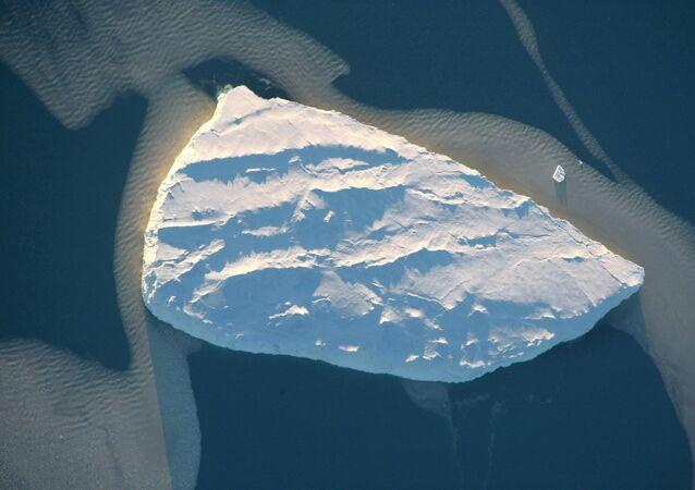 Um iceberg no mar de Lazarev ao largo da costa da Antártica.