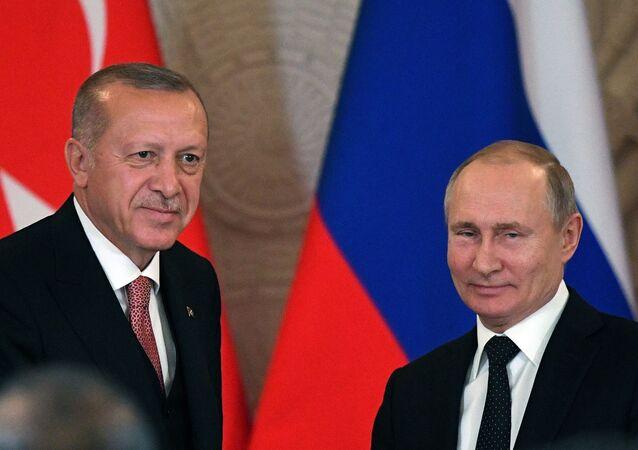 Presidente da Rússia, Vladimir Putin, recebe seu homólogo turco, Recep Tayyip Erdogan, em Moscou, em abril de 2019