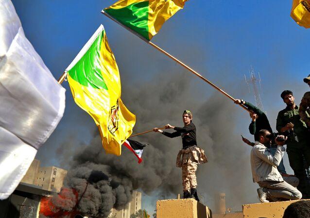 Manifestantes incendeiam parte da Embaixada dos EUA, em Bagdá, no Iraque,nesta terça-feira (31)