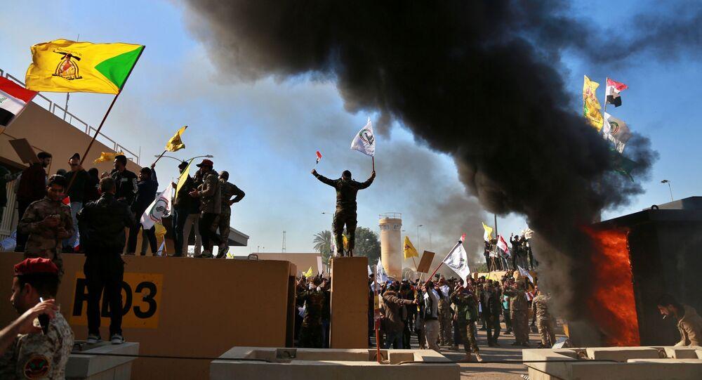 Manifestantes próximos à Embaixada dos EUA em Bagdá, no Iraque, em 31 de dezembro de 2019