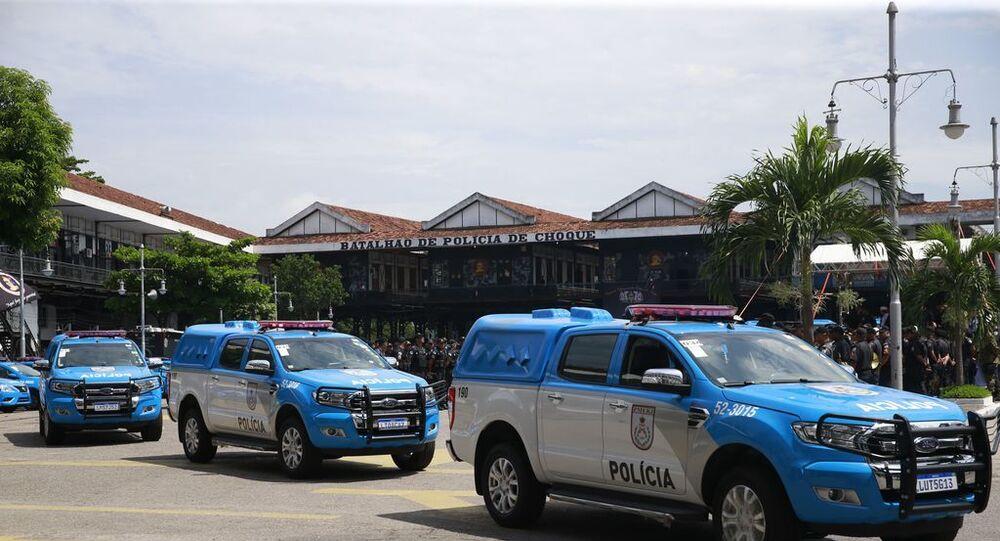 Viaturas da Polícia Militar do Rio de Janeiro deixam o Batalhão de Choque.