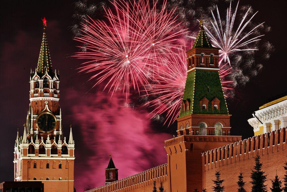 Queima de fogos na Praça Vermelha em Moscou