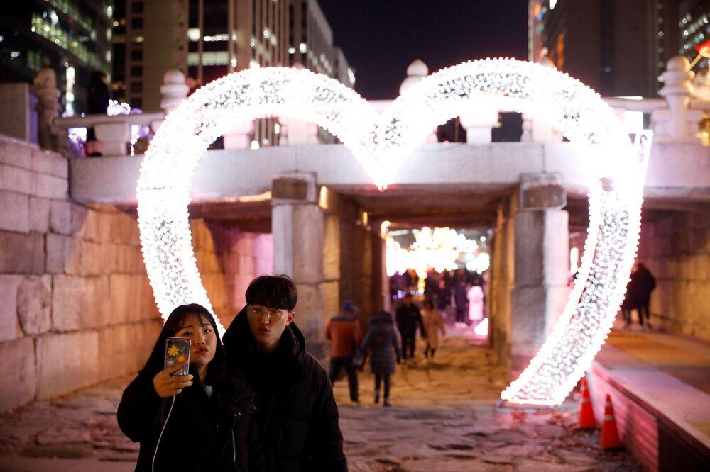 Namorados tirando selfie na véspera do Ano Novo em Seul, Coreia do Sul