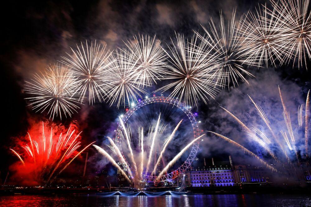 Queima de fogos de artifício marcando a chegada do Ano Novo sobre a roda gigante London Eye