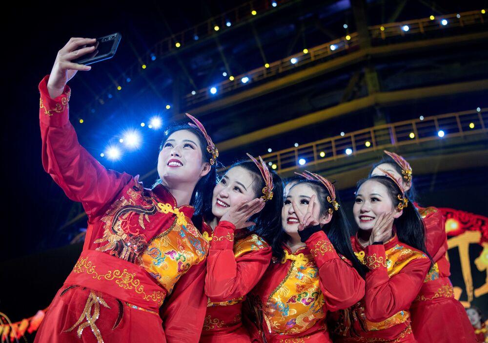 Artistas tirando selfie após apresentação no Parque Industrial de Shougang, em Pequim, China