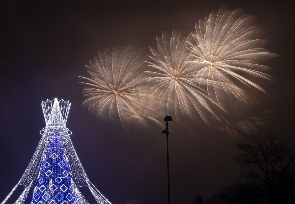 Fogos de artifício sobre a árvore de Natal na Praça da Catedral em Vilnius, na Lituânia