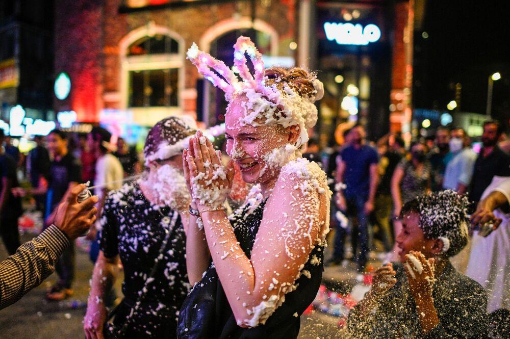 Uma jovem nas celebrações da virada do ano em Kuala Lumpur, Malásia