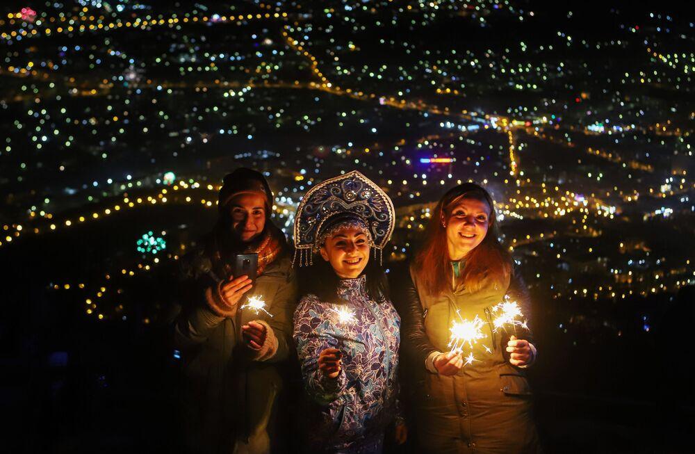 Residentes e visitantes da cidade russa de Pyatigorsk, no sul da Rússia, celebrando o Ano Novo no topo do monte Mashuk