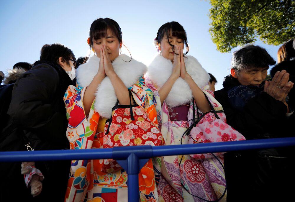 Mulheres vestidas de quimono orando no 1º dia de 2020 no Santuário de Meiji, em Tóquio
