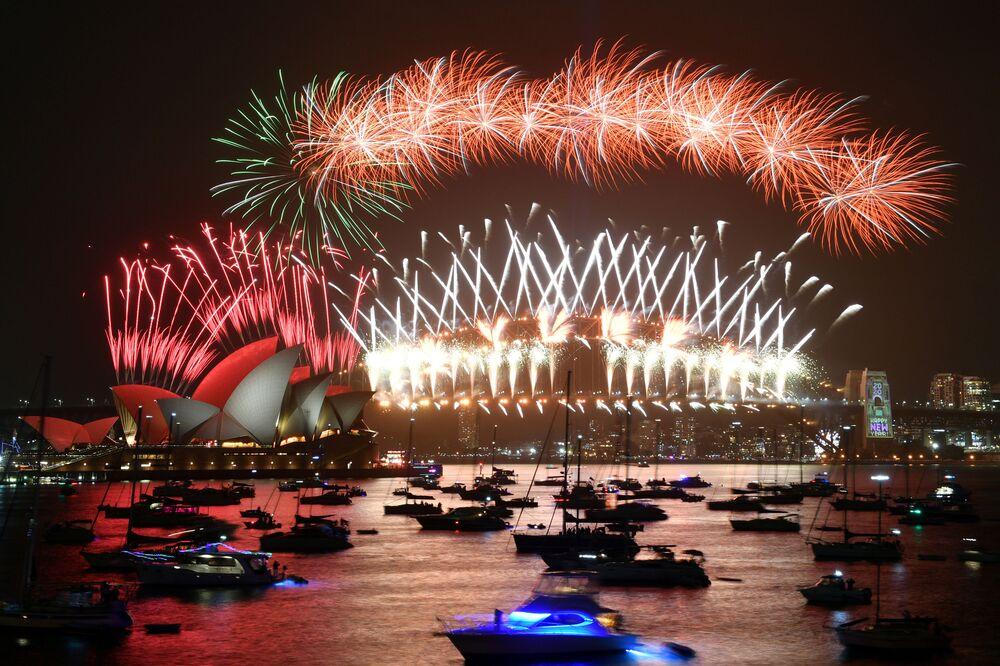 Queima de fogos marcando a virada do ano sobre a baía de Sydney, Austrália