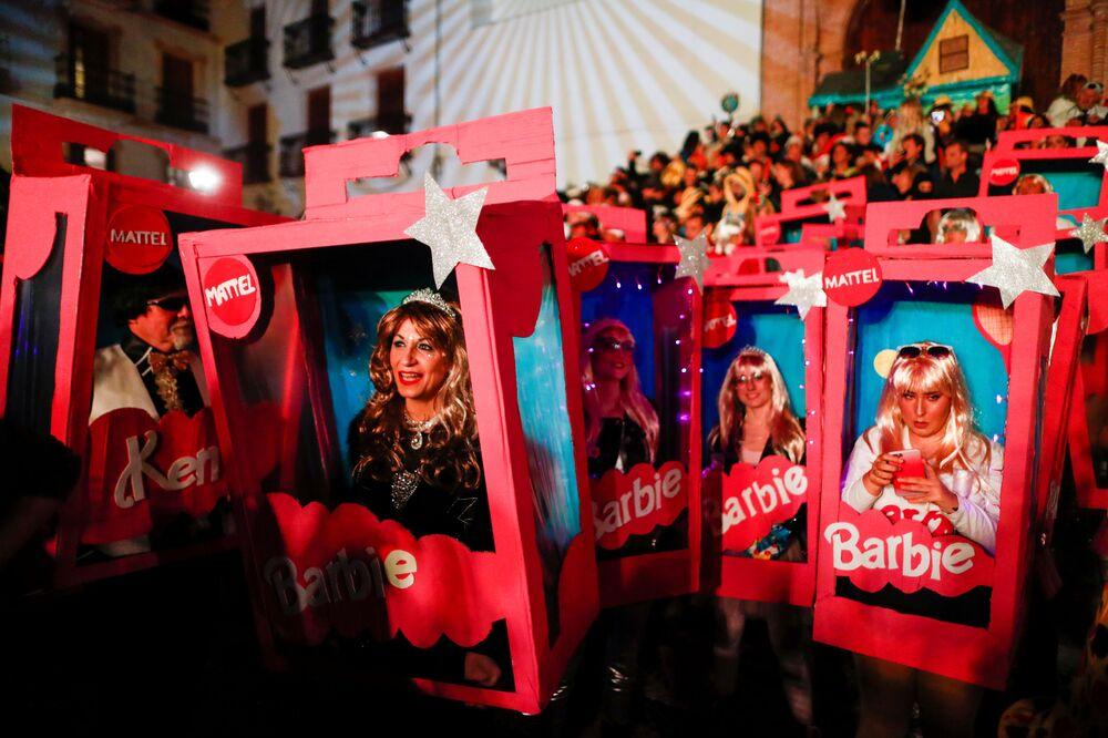Mulheres em vestidos originais nas celebrações do Ano Novo perto de Málaga, Espanha
