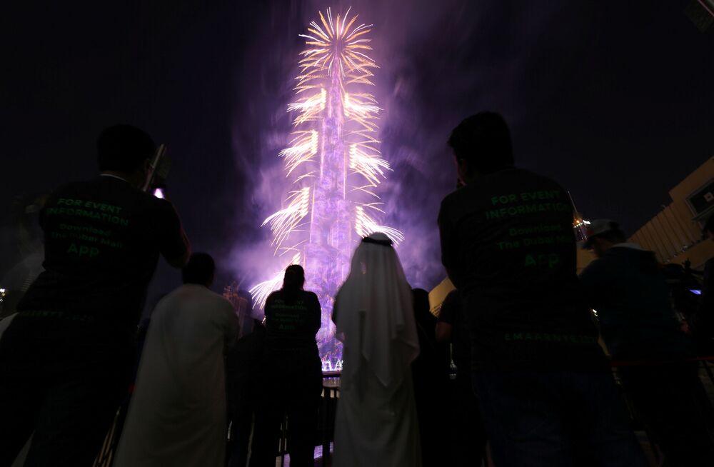 Pessoas assistindo a fogos de artifício no arranha-céu Burj Khalifa Bin Zayid em Dubai, Emirados Árabes Unidos