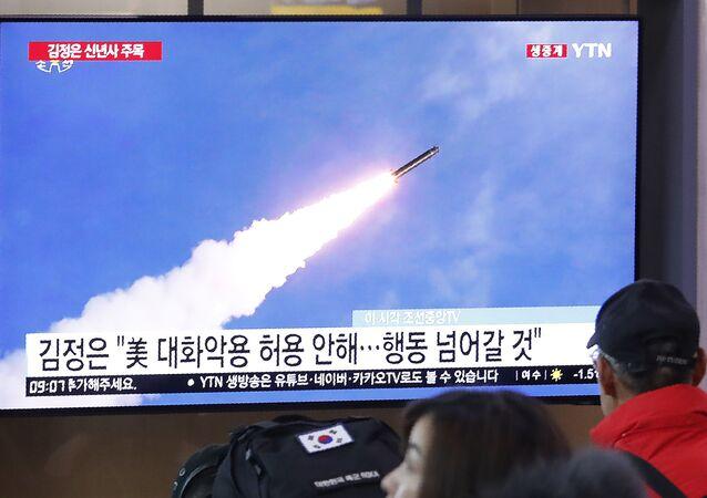 Tela de televisão em estação ferroviária de Seul mostra foto de arquivo de lançamento de míssil norte-coreano, Coreia do Sul, 1 de janeiro de 2020