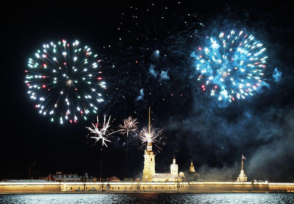 Fogos de artifício sobre a Fortaleza de São Pedro e São Paulo em São Petersburgo
