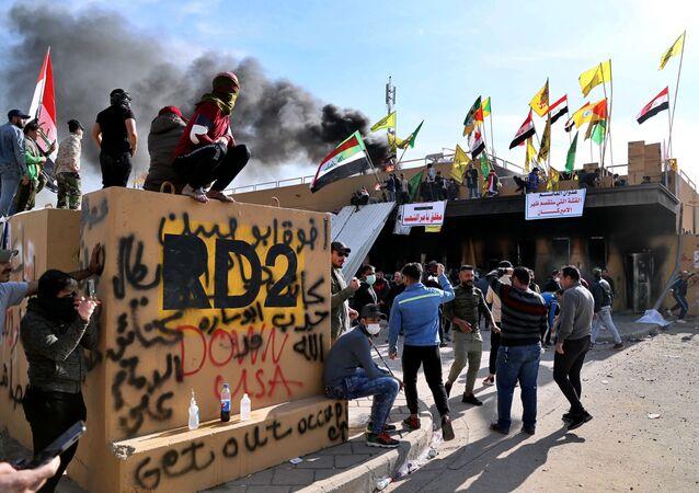 Militantes pró-iranianos perto da embaixada dos EUA em Bagdá (arquivo)