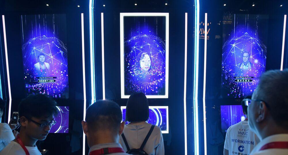 Pessoas tendo seus rostos escaneados na Conferência Mundial de Inteligência Artificial em Xangai, 29 de agosto de 2019