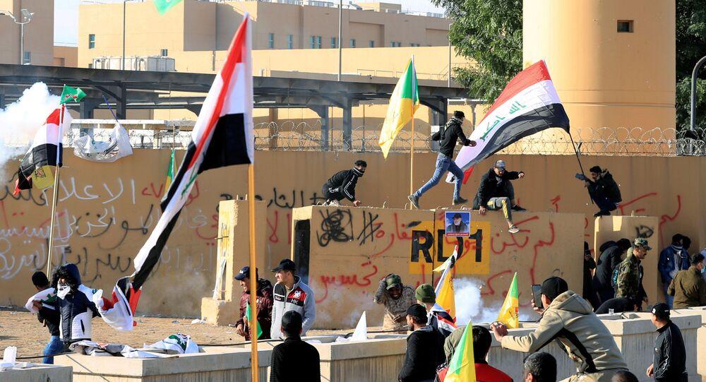 Manifestantes iraquianos protestam na embaixada dos EUA, em Bagdá.