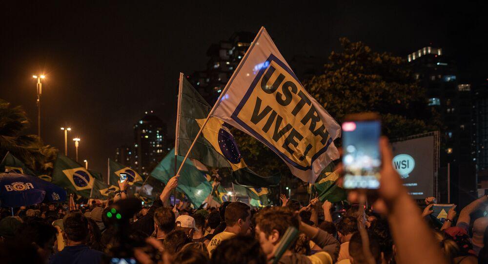 Apoiadores de Jair Bolsonaro comemoram vitória nas eleições em frente ao condomínio dele na Barra da Tijuca, no Rio de Janeiro, com homenagem ao coronel Brilhante Ustra, famoso torturador da ditadura militar brasileira