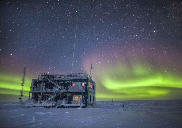 Aurora Boreal vista do Observatório de Pesquisa da Antártica, aonde foi descoberto o buraco na camada de ozônio da região, em 1987