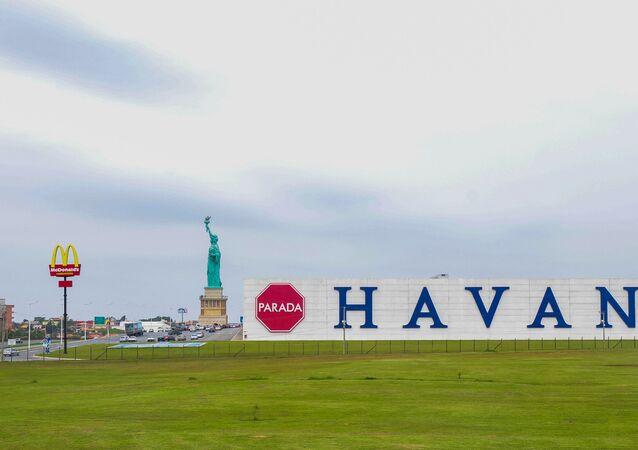 Vista de réplica da estátua da Liberdade na loja de departamentos Parada Havan, localizada em Barra Velha, a beira da BR-101, a 130 km de Florianópolis, SC.