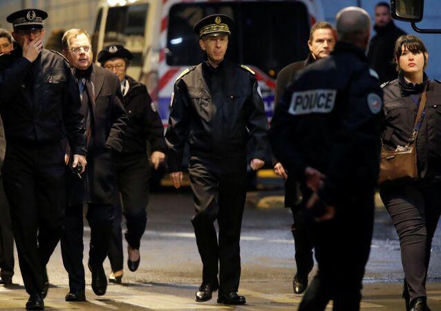 Polícia francesa no distrito La Defense, perto de Paris