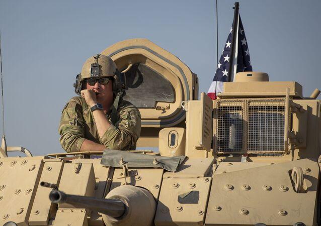Soldado dos EUA em veículo blindado, em base militar no nordeste da Síria, em local não especificado (foto de arquivo)