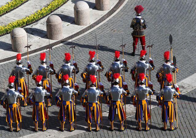 Guarda Suíça na praça de São Pedro, no Vaticano, antes do início da missa da Páscoa