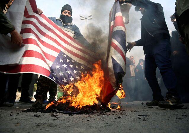 Iranianos queimam bandeiras dos EUA e do Reino Unido após a morte do major-general Qassem Soleimani