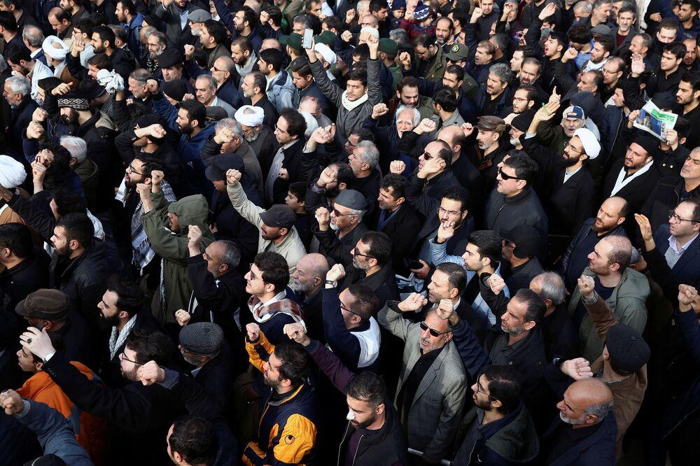 Iranianos protestam após o assassinato de Qassem Soleimani na manhã de 3 de janeiro, em Bagdá
