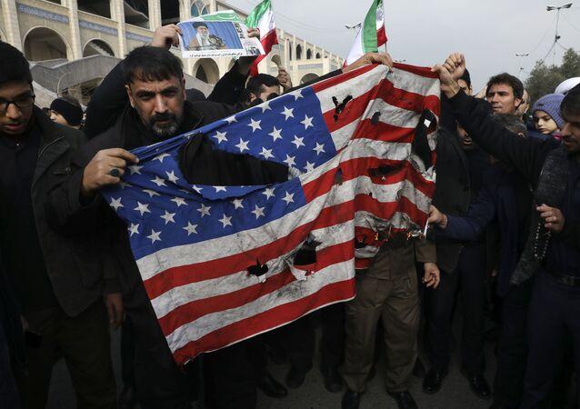 Manifestantes rasgam bandeira norte-americana na capital do Irã, Teerã, em meio a protestos após a morte de Qassem Soleimani