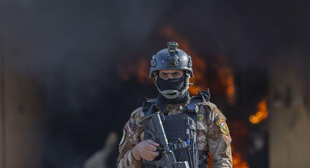 Soldado iraquiano guarda a Embaixada dos EUA em Bagdá, após ser invadida por militantes xiitas, em 1 de janeiro de 2020