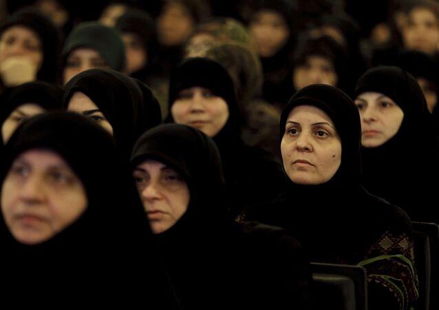 Apoiadoras do grupo Hezbollah no Líbano ouvem discurso do líder Sayyed Hassan Nasrallah, em Beirute, em maio de 2019 (foto de arquivo)